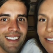 Daniel Cady posou com uma de suas bebês gêmeas