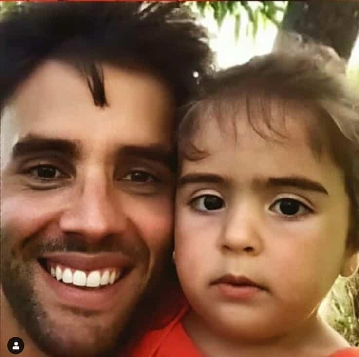 Daniel Cady com uma das filhas gêmeas