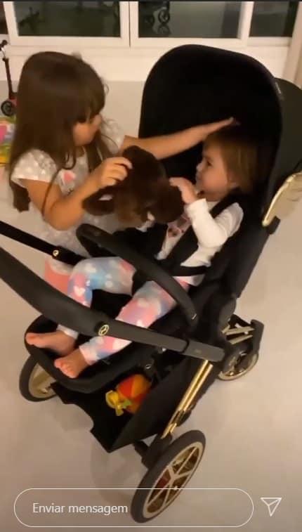 Zoe, filha de Sabrina Sato e Duda Nagle em carrinho luxuoso