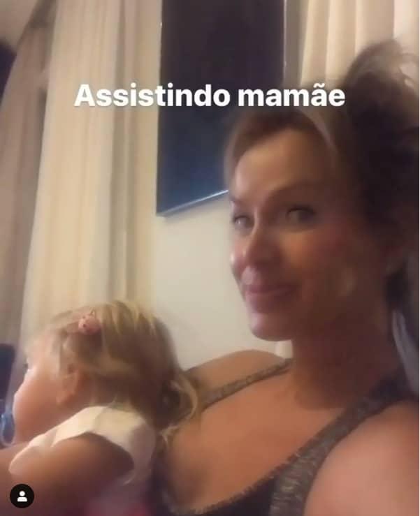 Eliana mostrando a filha assistindo seu programa