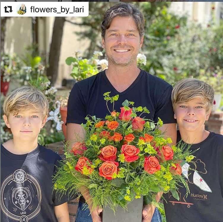 O ator Erik Marmo ao lado dos dois filhos