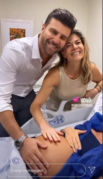 Marcelo Zangrandi mostrando Flávia Viana na maternidade