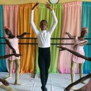 O garoto estuda ballet em uma escola da Nigéria