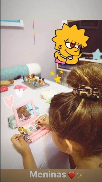 Filha de Grazi Massafera brincando de se maquiar