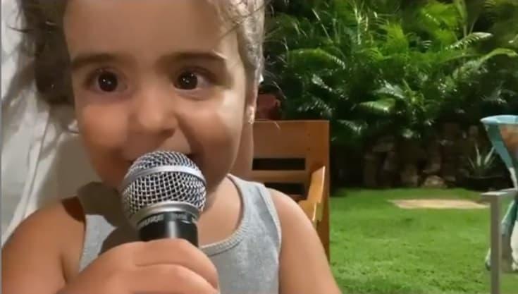 Marina cantando uma música de sua mãe Ivete Sangalo