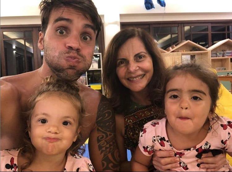 Sogra de Ivete Sangalo com as bebês da cantora