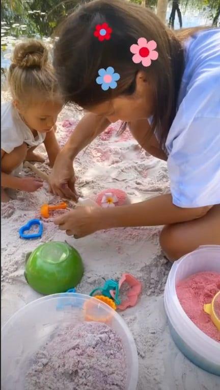 Ivete Sangalo brincando com a pequena Helena