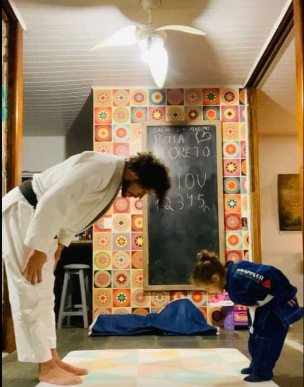 José Loreto praticando o judô com a filha