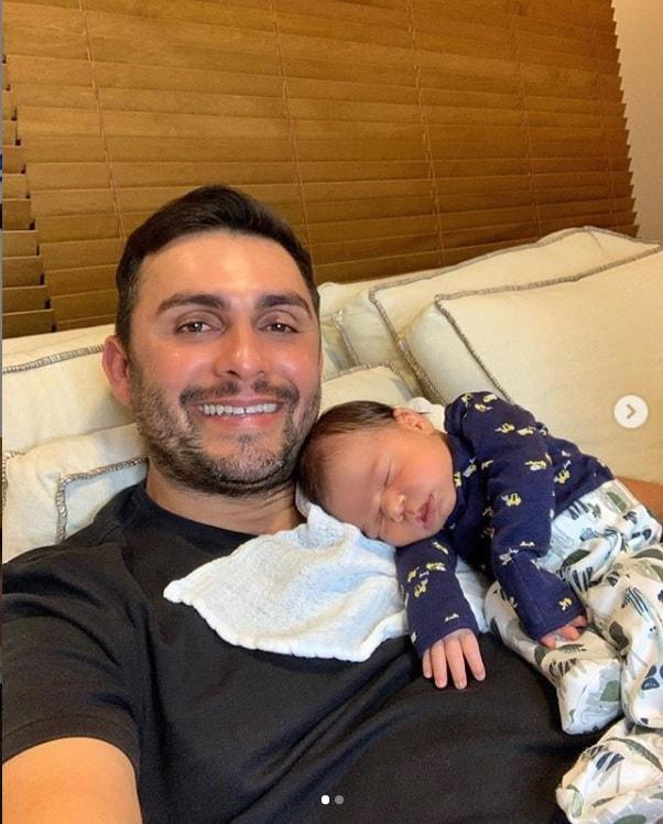 Mano Walter com seu bebê recém-nascido
