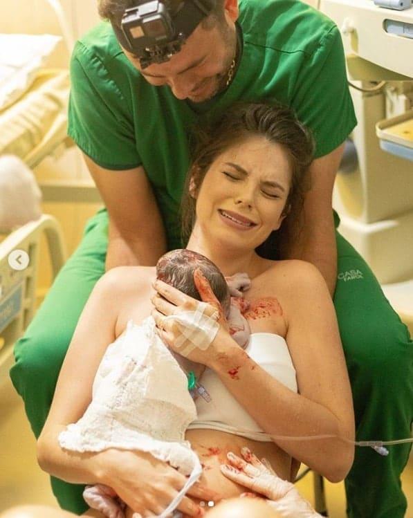 Débora Silva e Mano Walter com seu recém-nascido