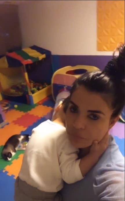 Mara Maravilha no quarto de brinquedos com o filho