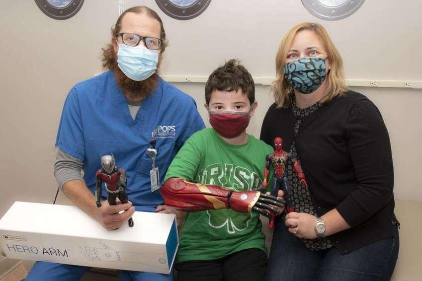 O menino foi a primeira criança a testar as próteses infantis