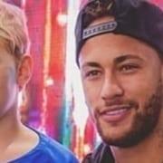 Neymar surgiu com o irmãozinho de Davi Lucca no colo