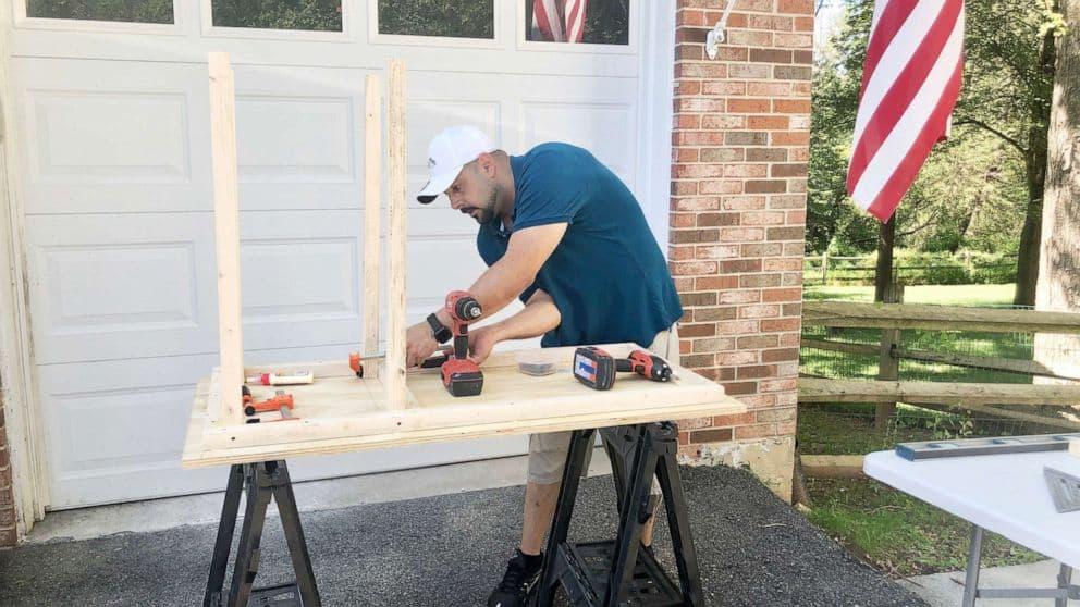 Alguns voluntários se uniram aos pais para construir mais mesas