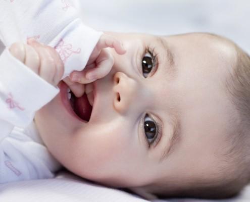 Aprenda o que comum quando começam a nascer os dentes do bebê