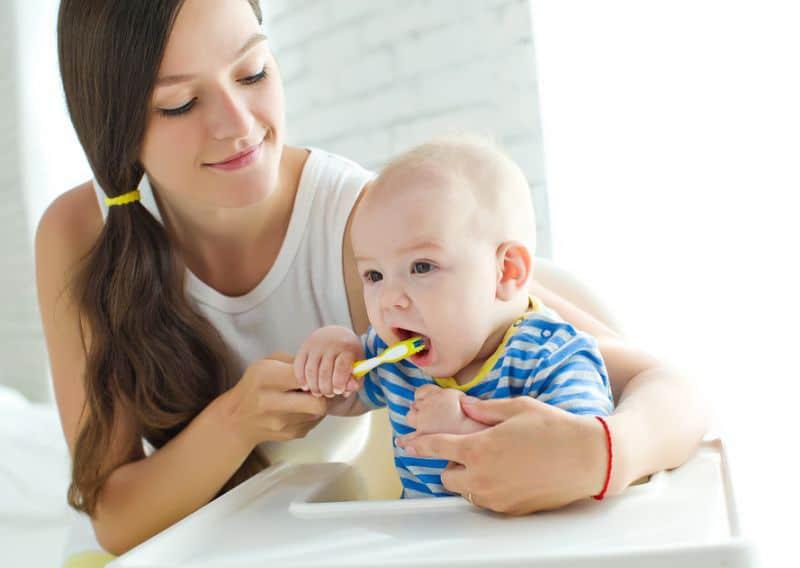 Saiba como cuidar dos pequenos quando começam a nascer os dentes do bebê