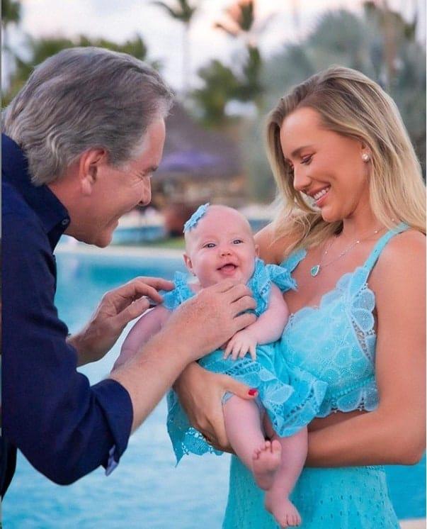 Roberto Justus com a filha bebê e a esposa
