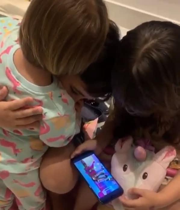 Filha de Sabrina Sato abraçando o primo mais velho