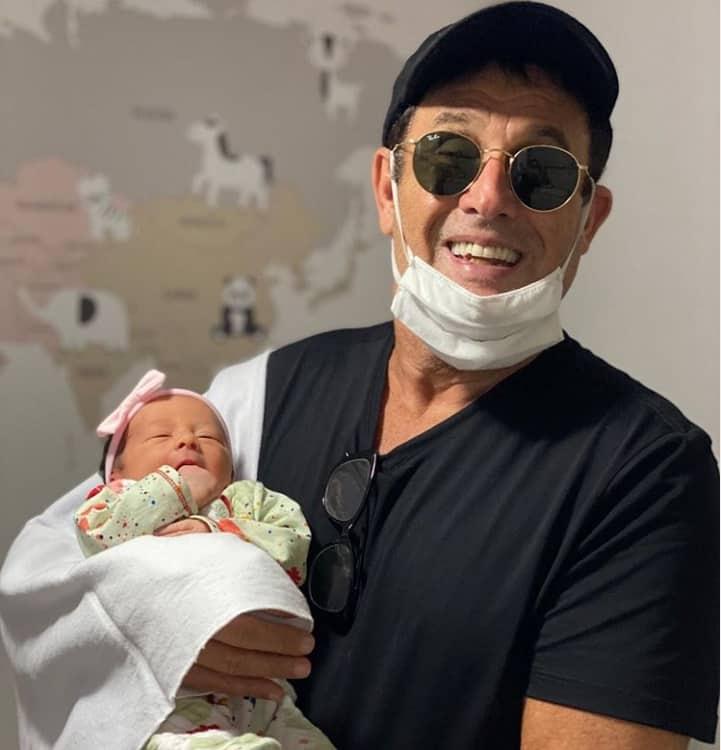Sérgio Mallandro com a neta recém-nascida Eva