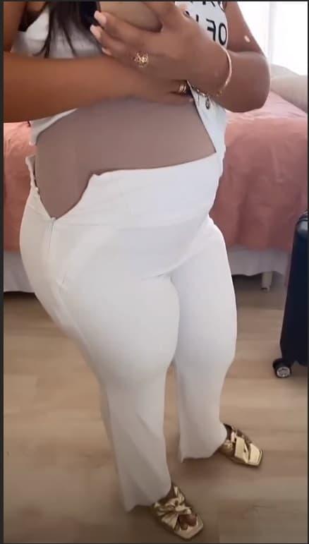 Simone exibindo a barriga de grávida