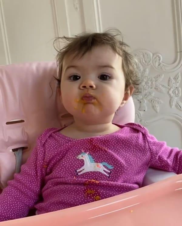 Filha de Tatá Werneck enquanto comia manga