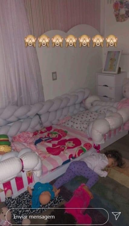 Bebê de Thaeme dormindo no chão no quarto após reforma