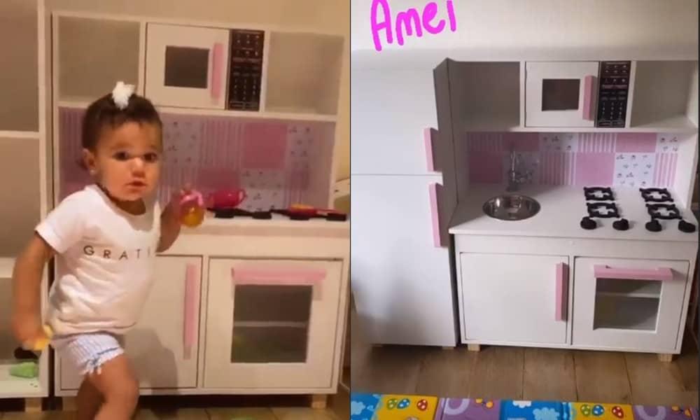 A filha mais nova de Ticiane Pinheiro na cozinha de brinquedo