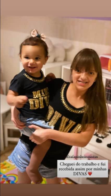 Ticiane Pinheiro mostrando as filhas com roupas combinando