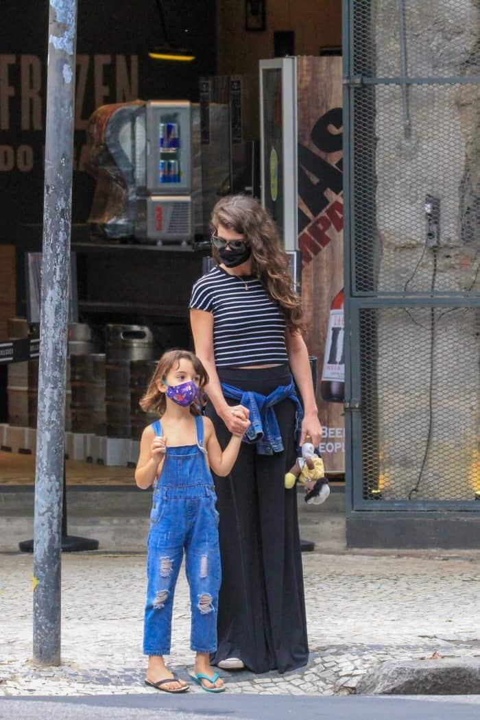 Alinne Moraes em passeio com seu filho