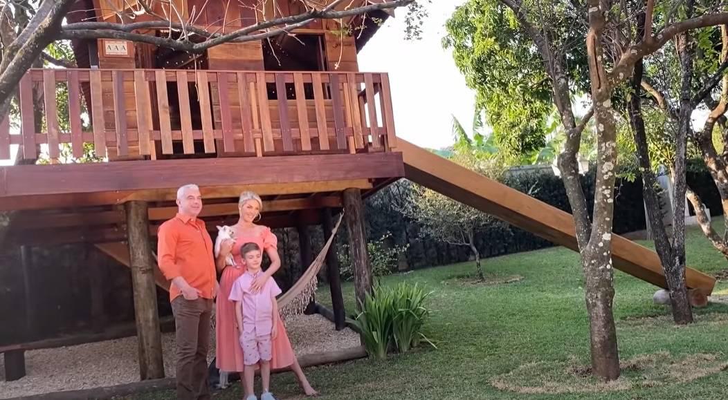 Ana Hickmann com o marido e o filho na casa da árvore