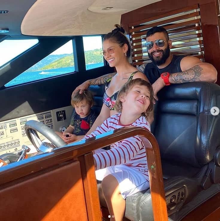 Gusttavo Lima e Andressa Suita com os filhos