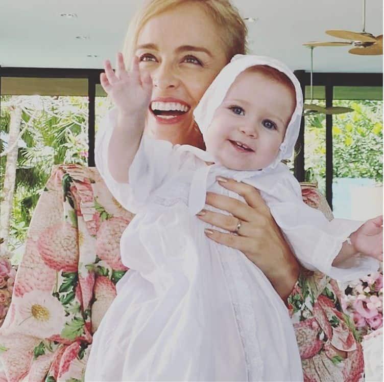 Angélica com a sobrinha neta, a menina Bella