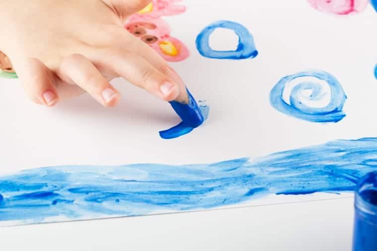 Dentre as atividades lúdicas mais simples está a pintura a dedo