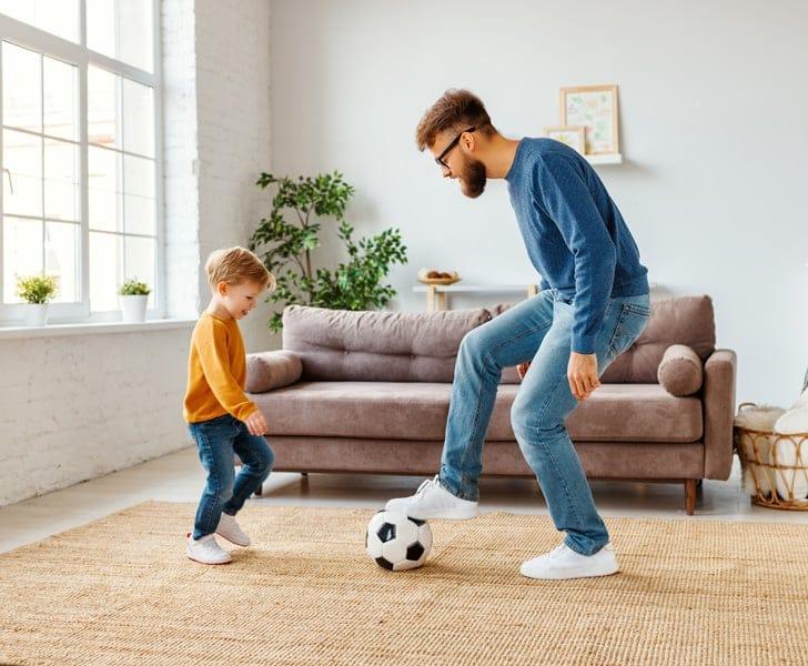 Bater uma bola é uma das atividades para o Dia das Crianças