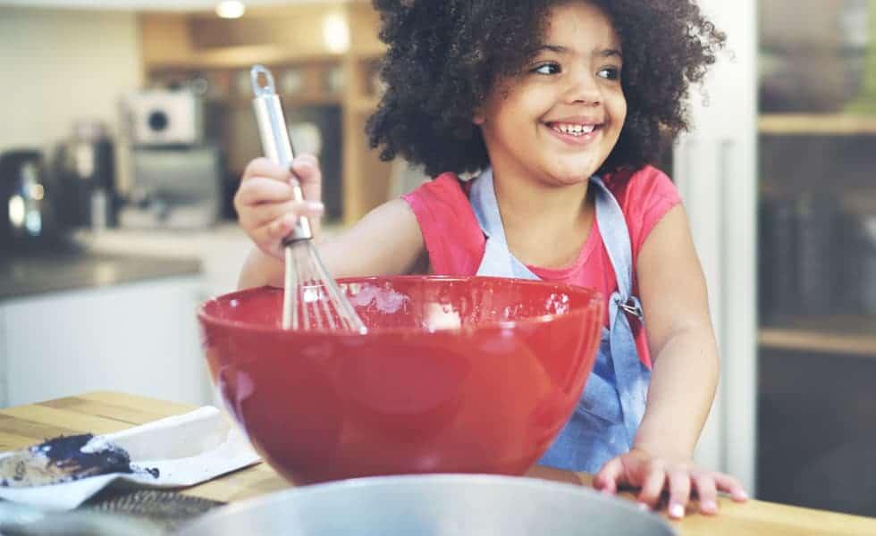 Cozinhar com os pequenos é uma boa atividades para o Dia das Crianças