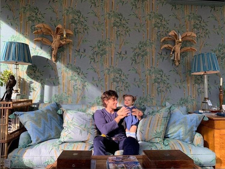 Chay Suede com sua bebê na sala da família