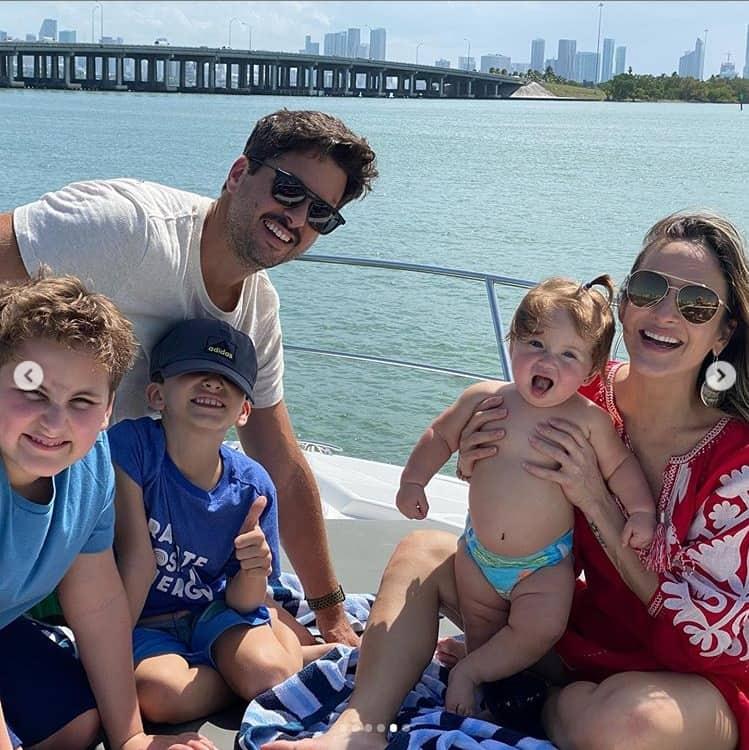 Claudia Leitte no barco com sua família