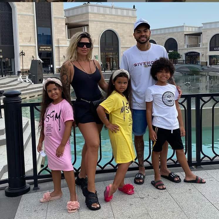 Dani Souza com Dentinho e os filhos do casal
