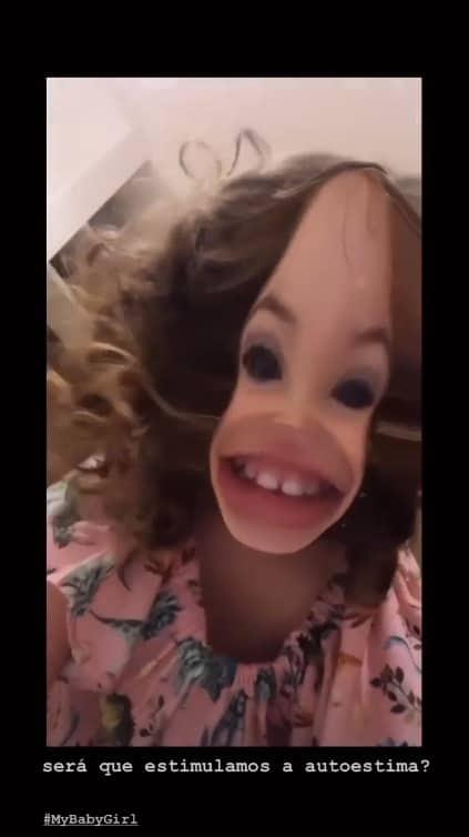 Débora Nascimento mostrou o rosto da filha com um filtro