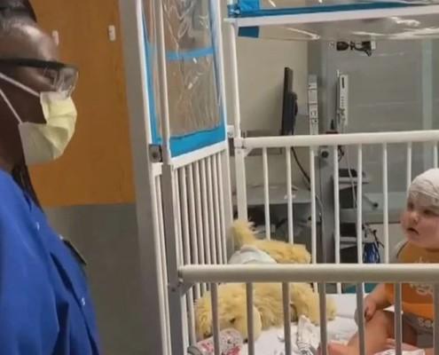 O bebê estava bem triste no hospital, até que conheceu a enfermeira