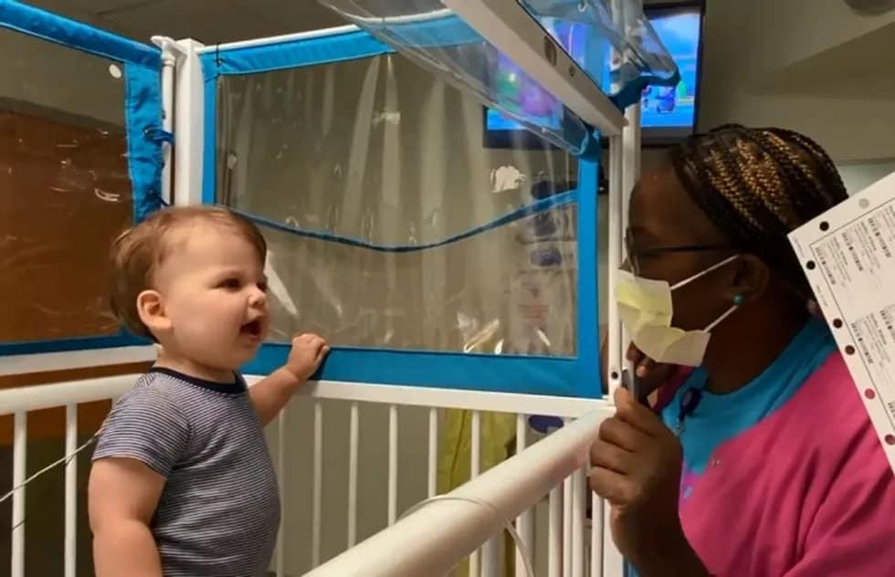 A enfermeira ajudou tanto o bebê quanto os pais do pequeno