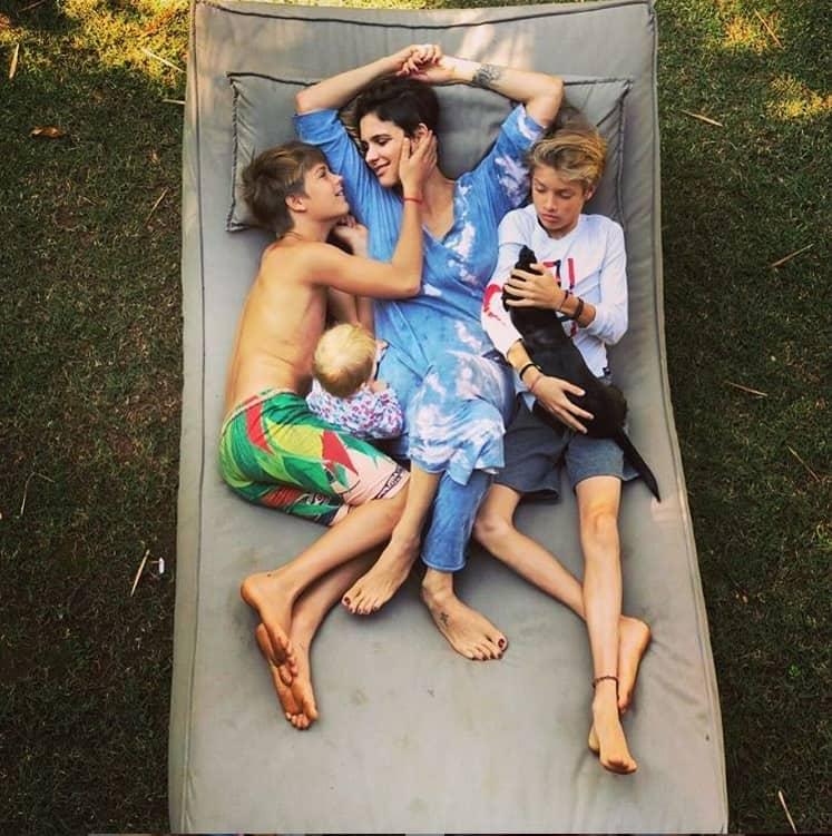 Fernanda Lima posando com os filhos com Rodrigo Hilbert