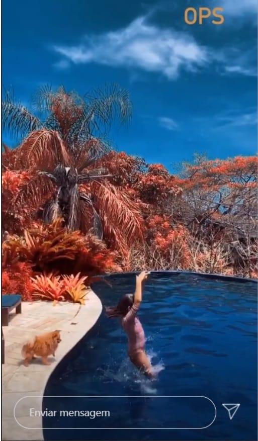 Filha de Grazi Massafera e Cauã Reymond na piscina de seu pai famoso