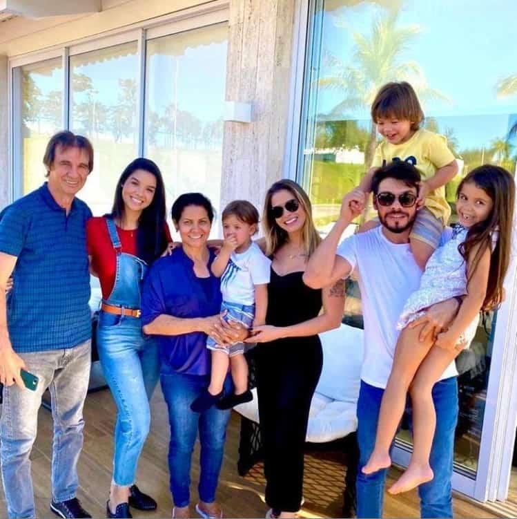 Andressa Suita com os dois filhos e sua família
