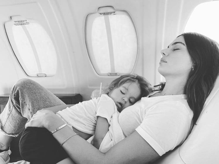 Isis Valverde no avião particular com o filho