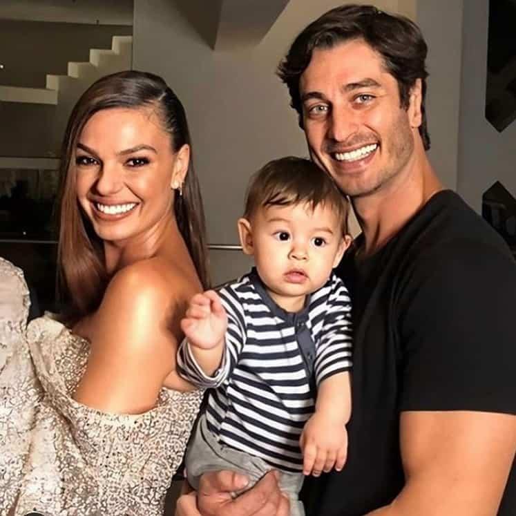 Isis Valverde com o bebê Rael e André Resende