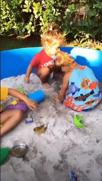 Gêmeas de Ivete Sangalo na caixa de areia