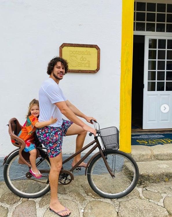José Loreto e sua filha com a atriz Débora Nascimento