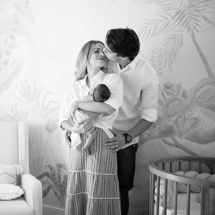 Kaká e Carol Dias com sua bebê recém-nascida