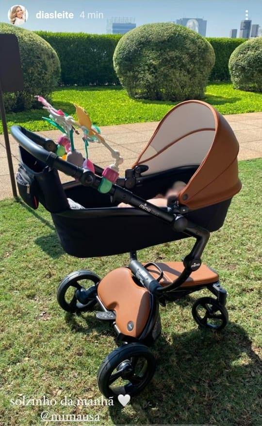 Filha recém-nascida de Kaká em carrinho encantador